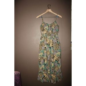 Maxi midi dress w/ ruffled hem and floral pattern